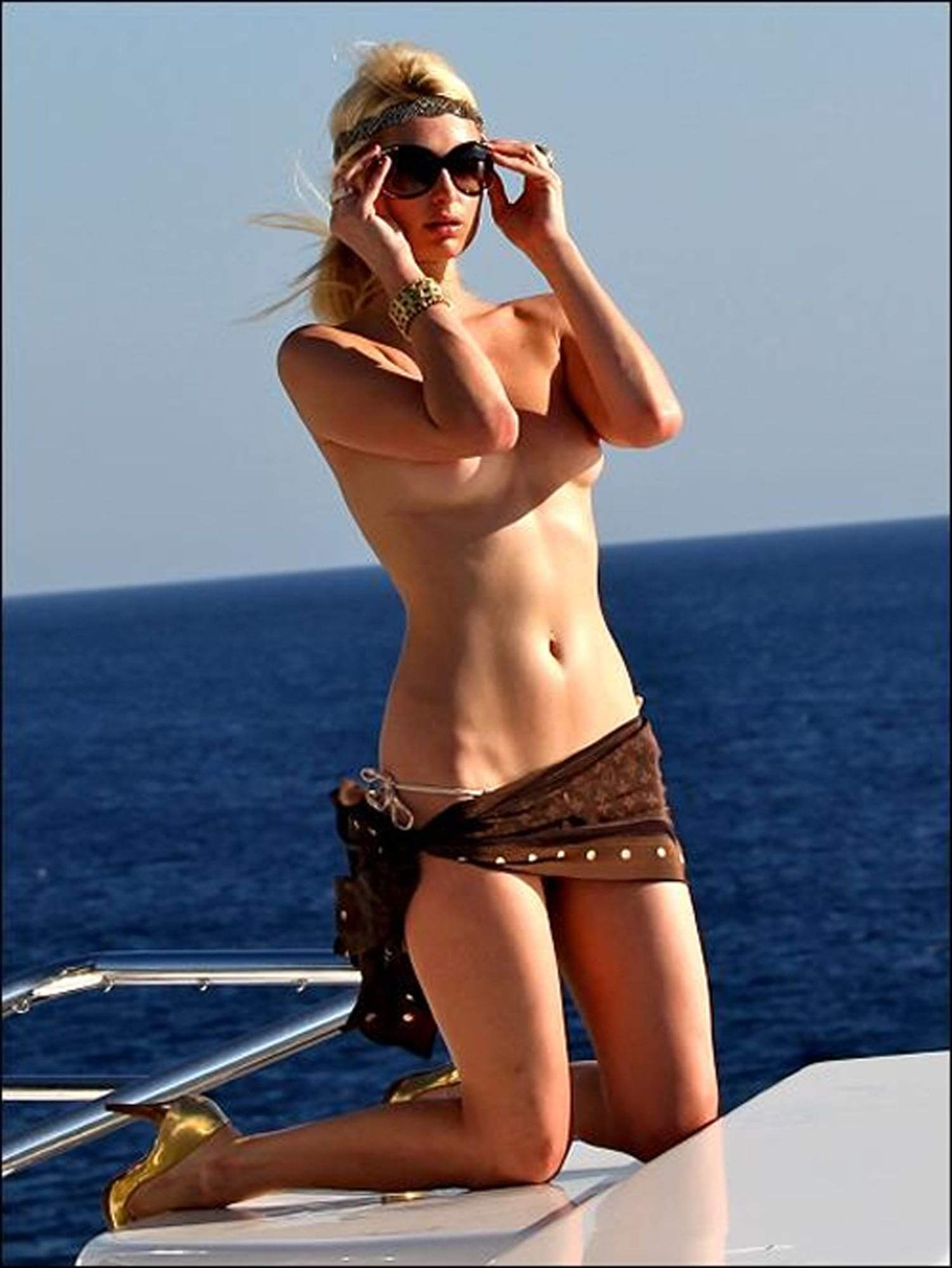 paris-hilton topless