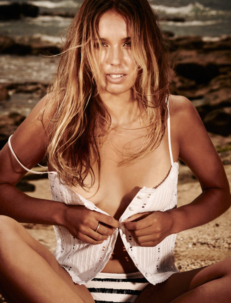 sally fitzgibbons cleavage