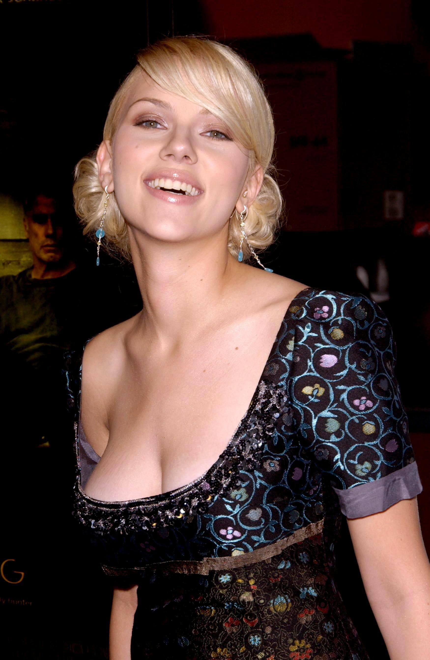 scarlett johanssonsexy cleavages