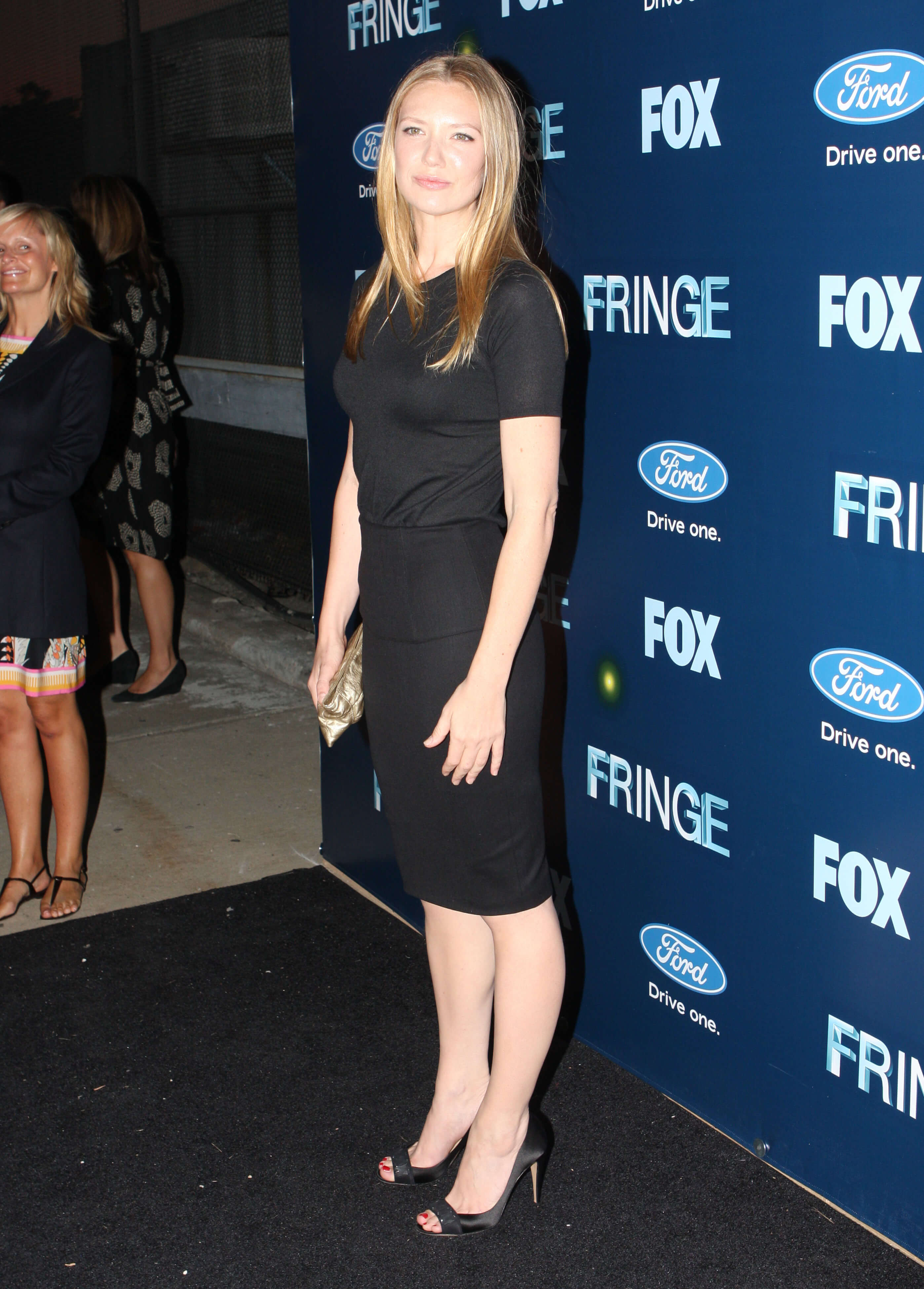 Anna Torv sexy side look pic