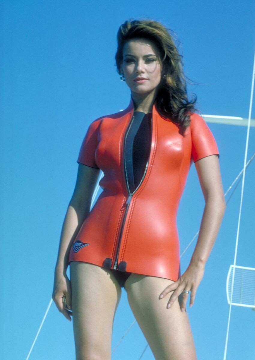 Claudine Auger hot thighs (2)