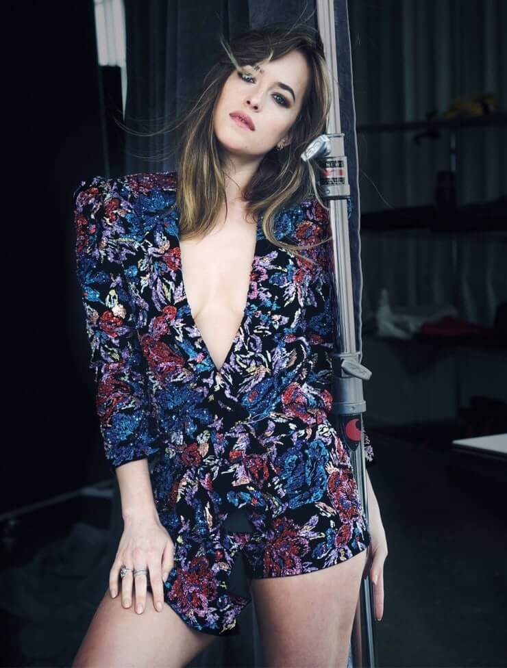Dakota Johnson sexy thighs