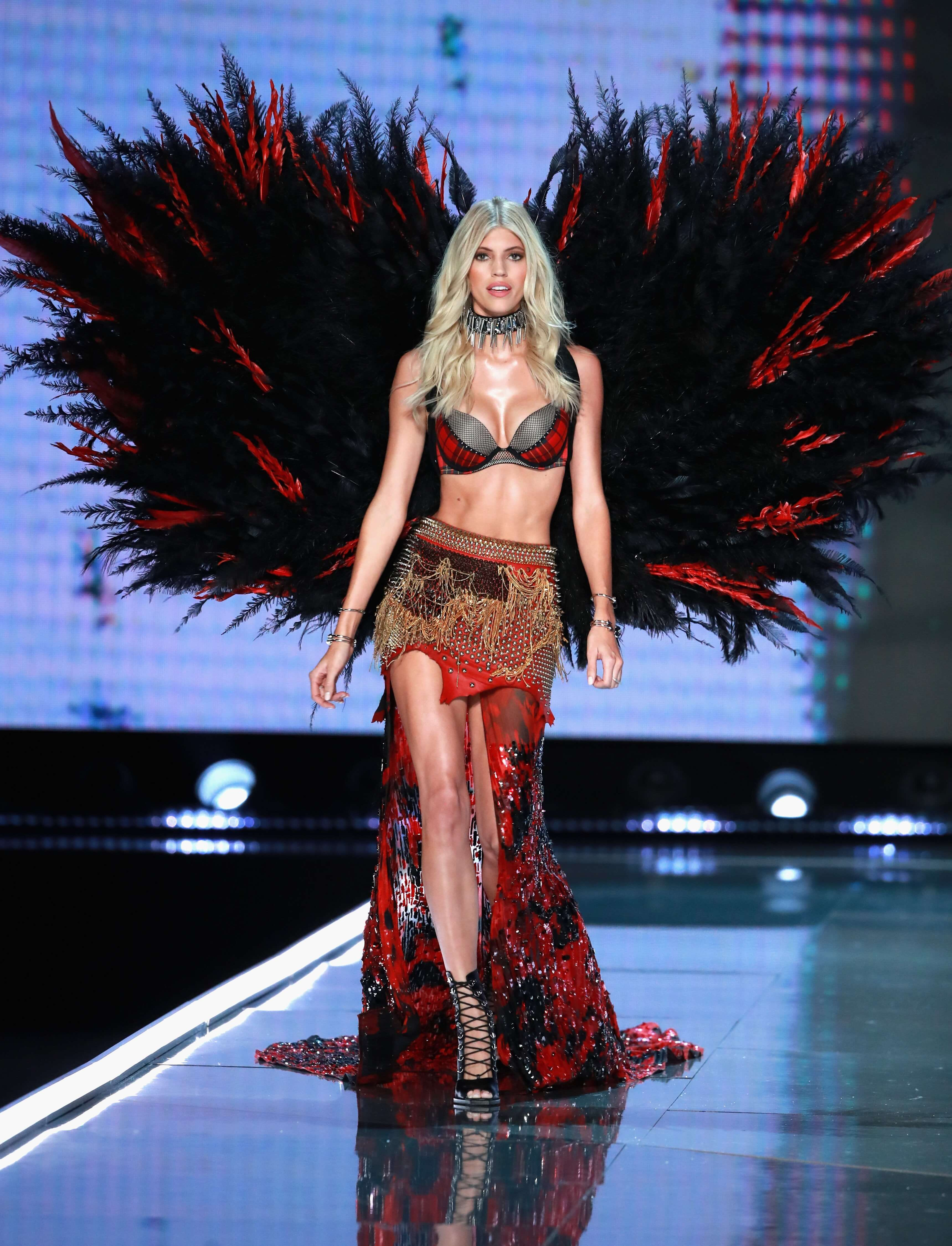 Devon Windsor hot look