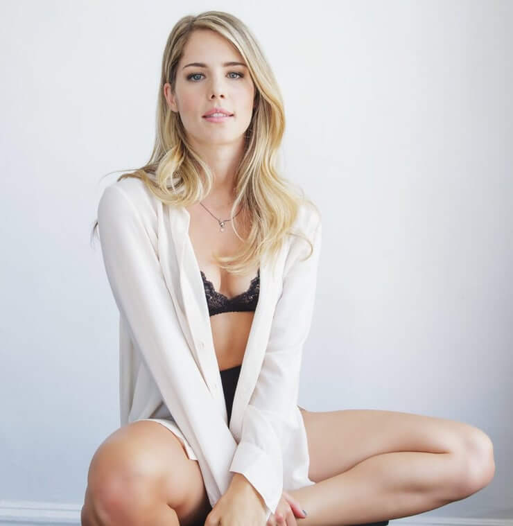 Emily Bett Ricards sexy busty pciture