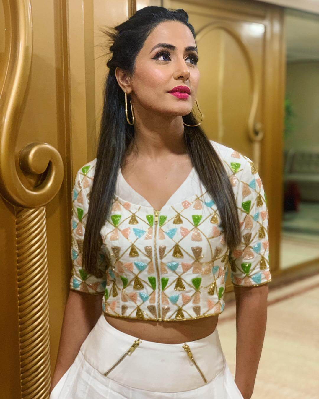 HINA KHAN sexy cleavages (2)