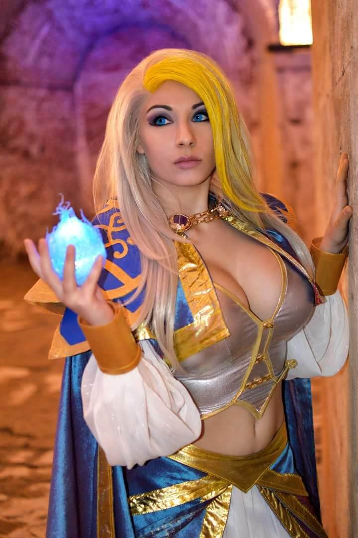 Jaina side boobs
