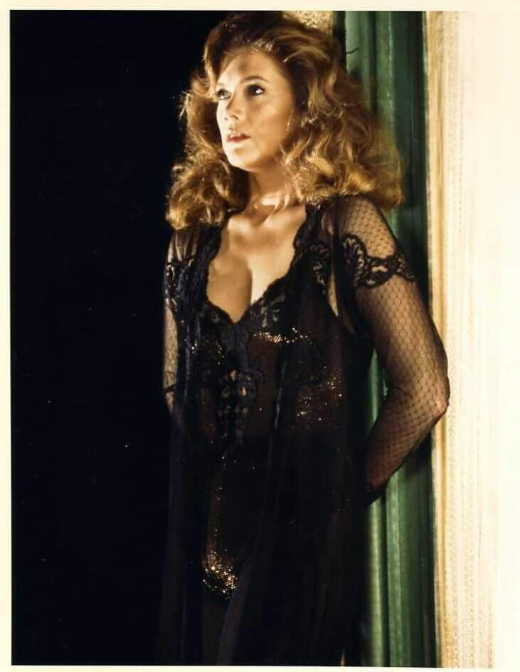 41 Hot Pictures Of Kathleen Turner Are Just Too Damn Cute