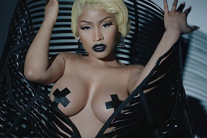Nicki minaj flawlessly handled a major wardrobe malfunction on stage