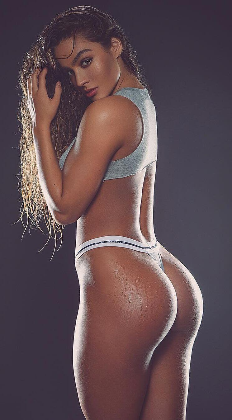 Sommer Ray hot cleavages pics