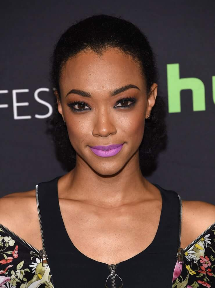 Sonequa Martin Green sexy cleavages picture (2)