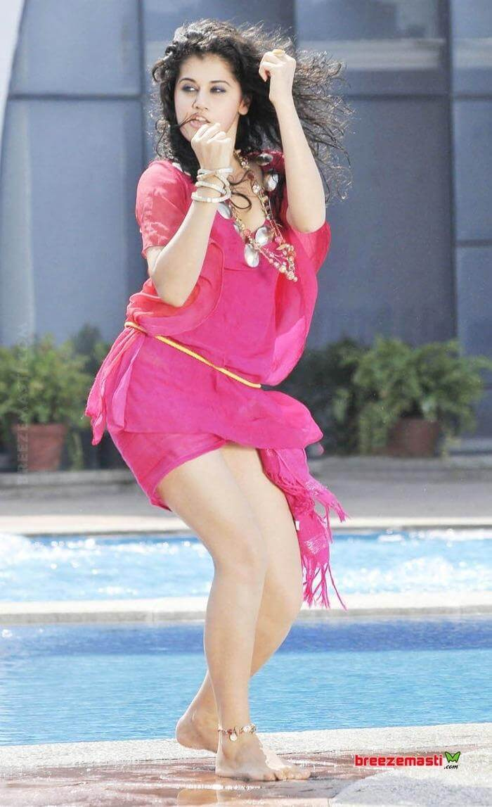 Taapsee Pannu sexy thighs pic