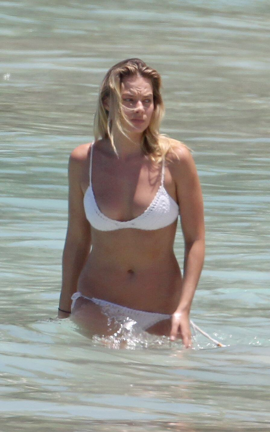 margot robbie hot busty picture (2)