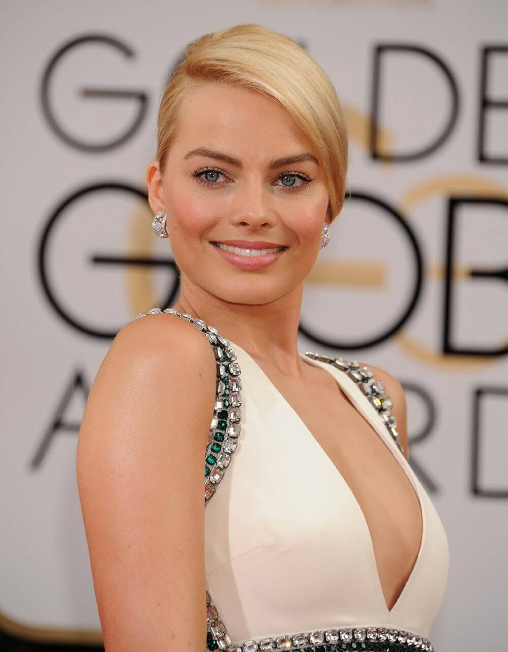 margot robbie sexy cleavages