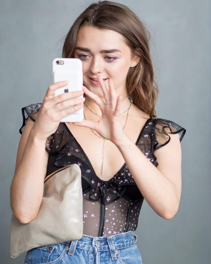 Maisie Williams sexy cleavages pic