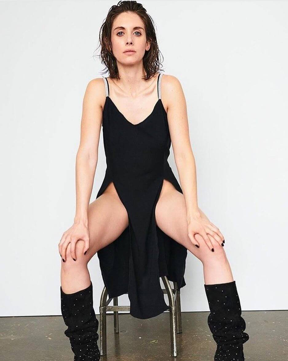 Alison Brie sexy cleavagesw pic