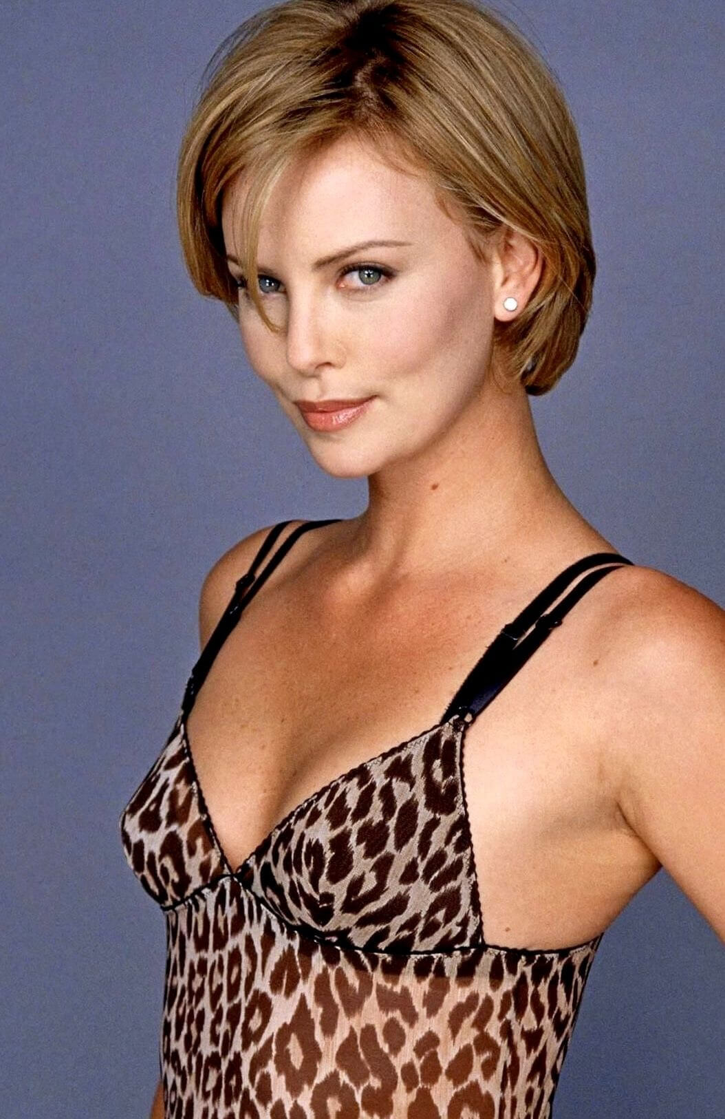 Charlize Theron hot cleavage pics (2)
