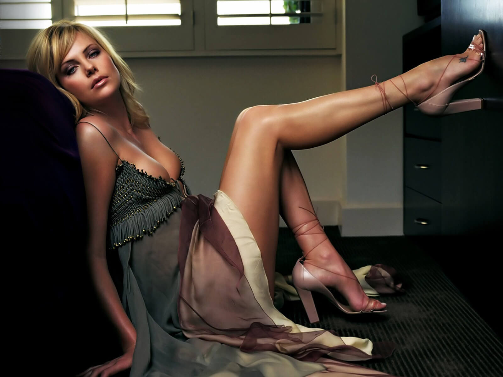 Charlize Theron sexy feet pic (2)