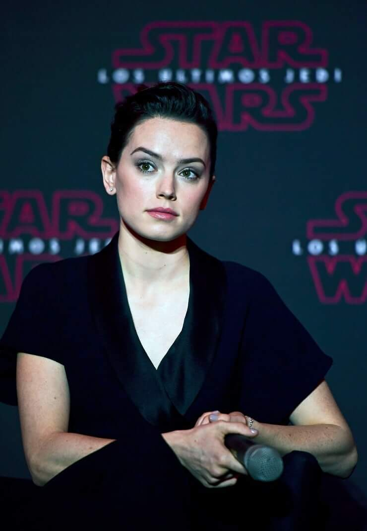 Daisy Ridley sexy boobs cleavage (1)