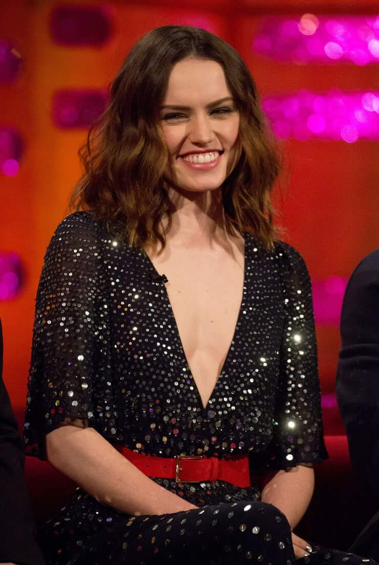 Daisy Ridley sexy boobs cleavage (3)