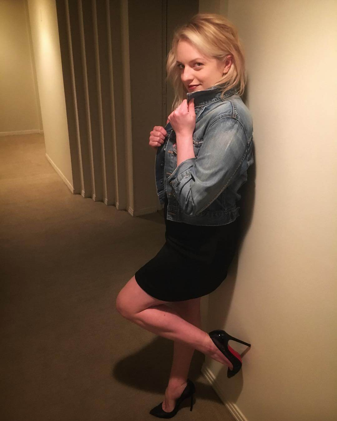 Elisabeth Moss sexy thighs (2)