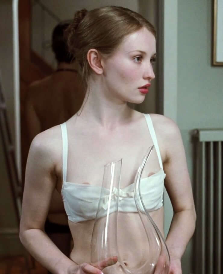 Emily Browning sexy cleavage pictures