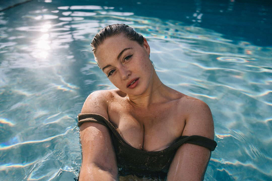 Iskra lawrence sexy cleavage pic