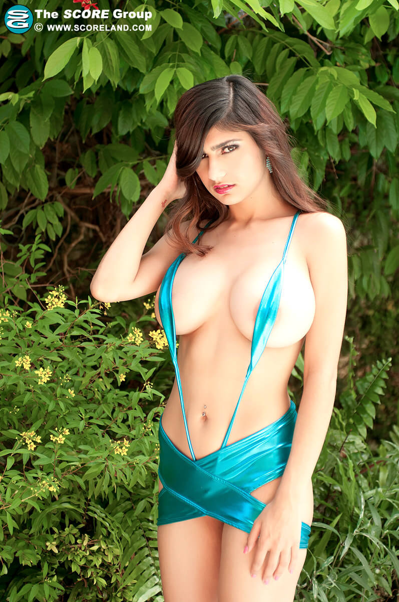 Mia Khalifa sexy green look