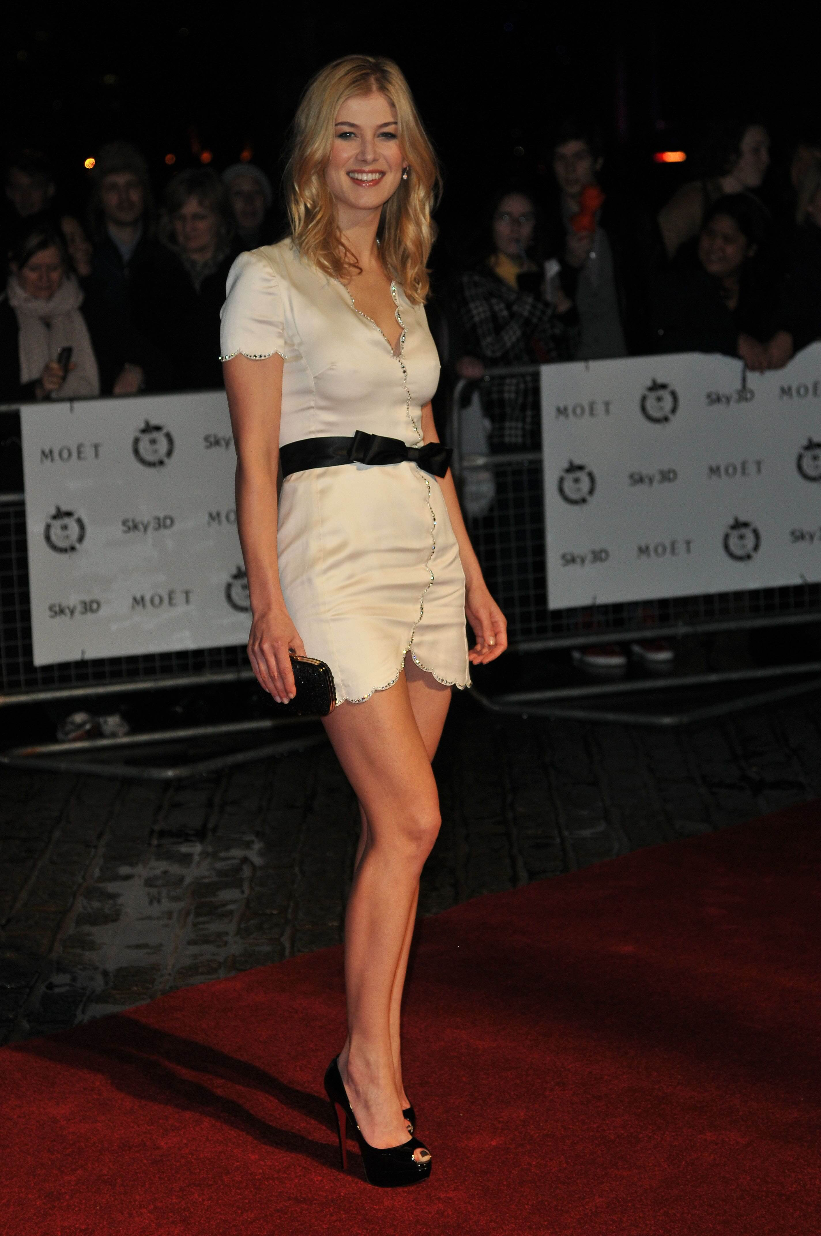 Rosamund-Pike-sexy-legs-pic