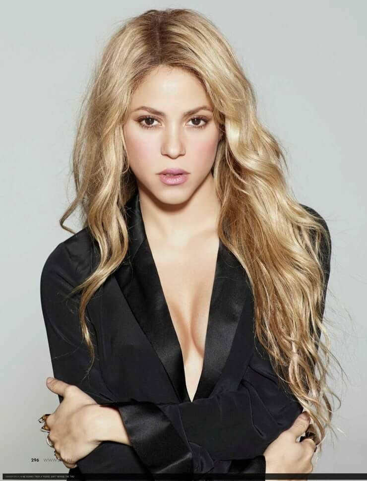 Shakira sexy cleavage picture (2)