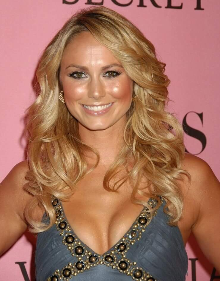 Stacy Keibler cleavage pics (1)