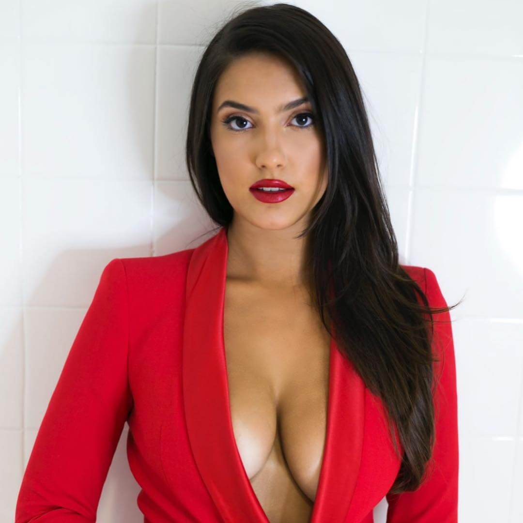Tao Wickrath hot cleavage picture