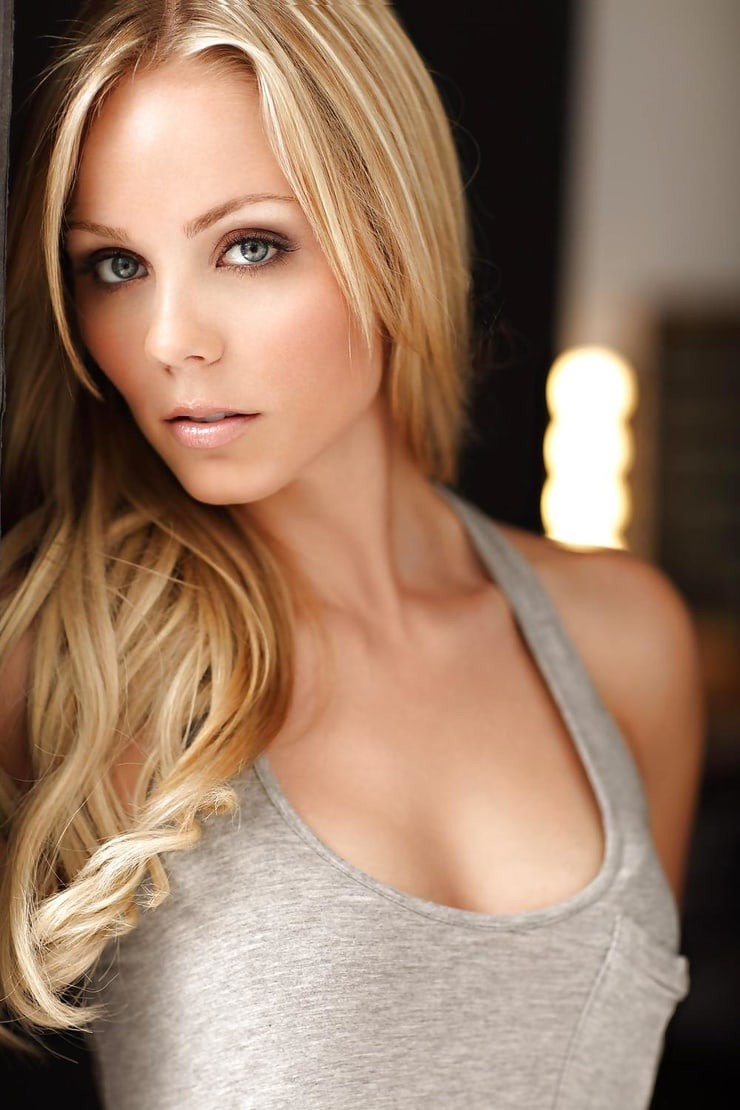 laura vandervoort cleavage hot