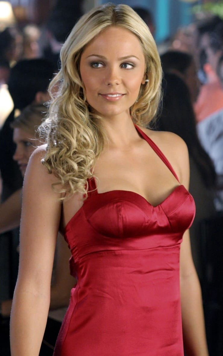 laura vandervoort red dress