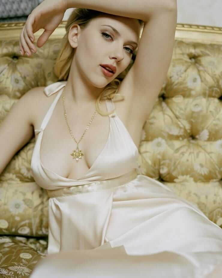 scarlett johansson awesome cleavage