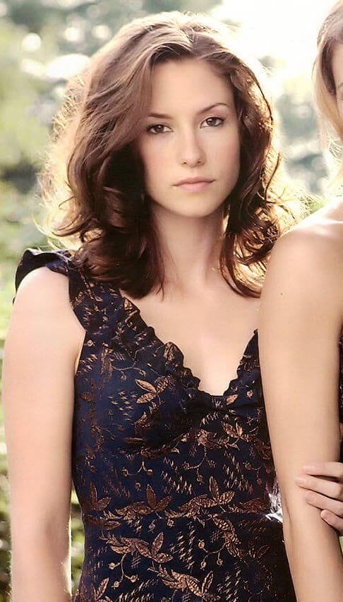 Chyler-Leigh hot cleavage pic