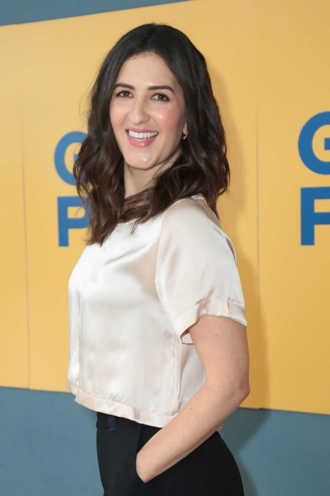D'Arcy Carden hot side pic