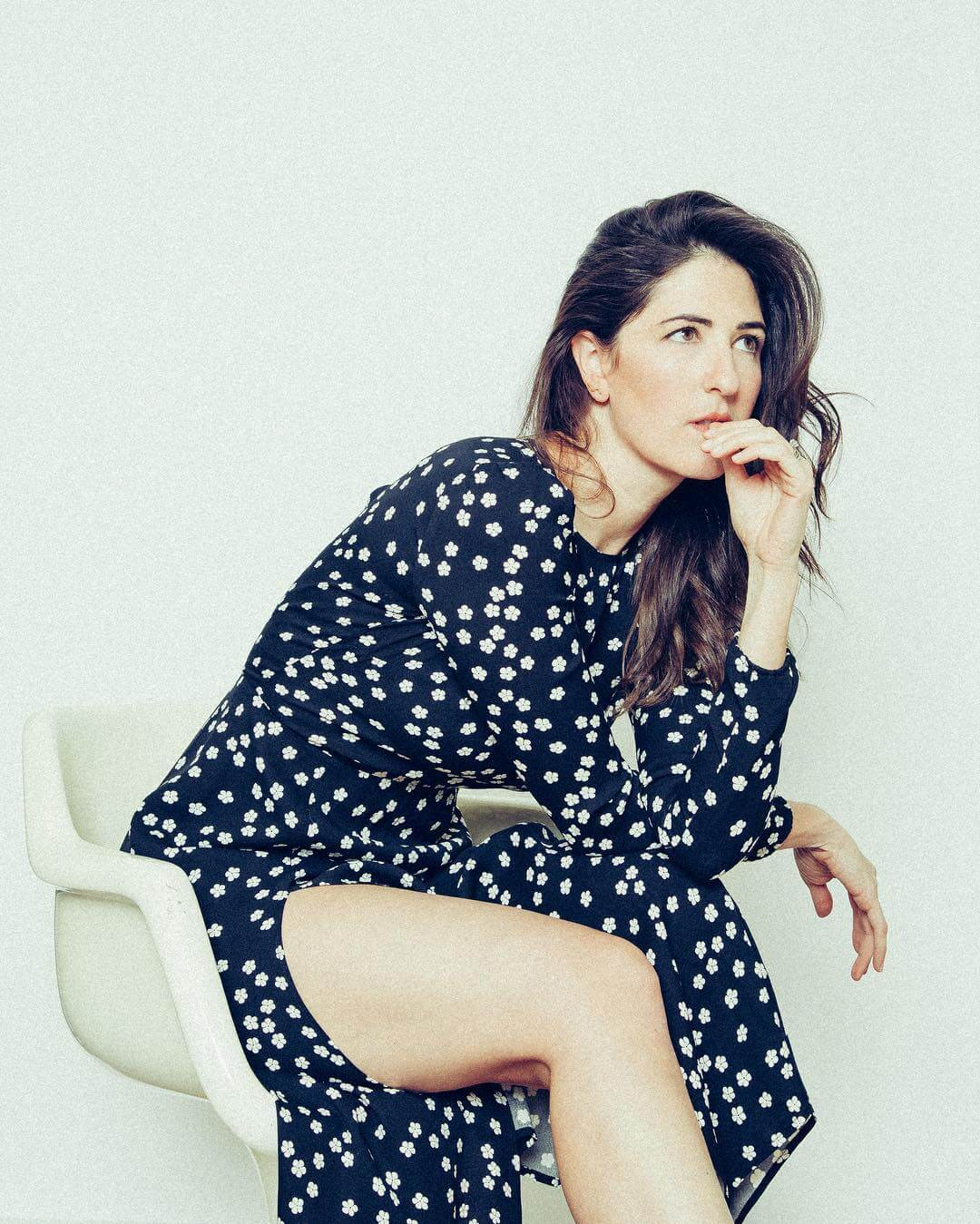 D'Arcy Carden hot thigh