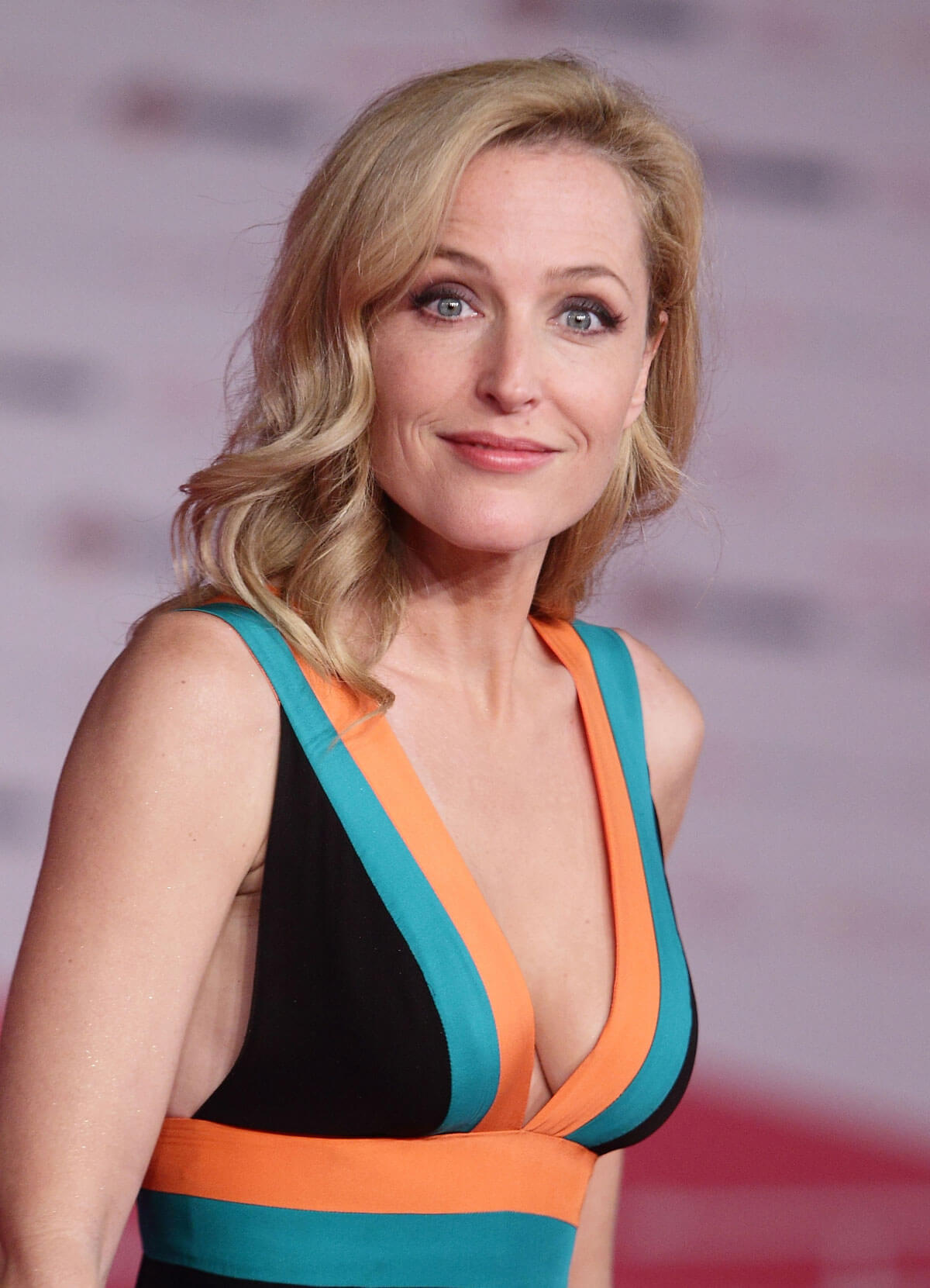 Gillian Anderson hot boobs pics (7)