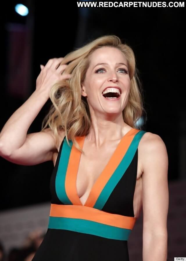 Gillian Anderson hot busty pics (8)