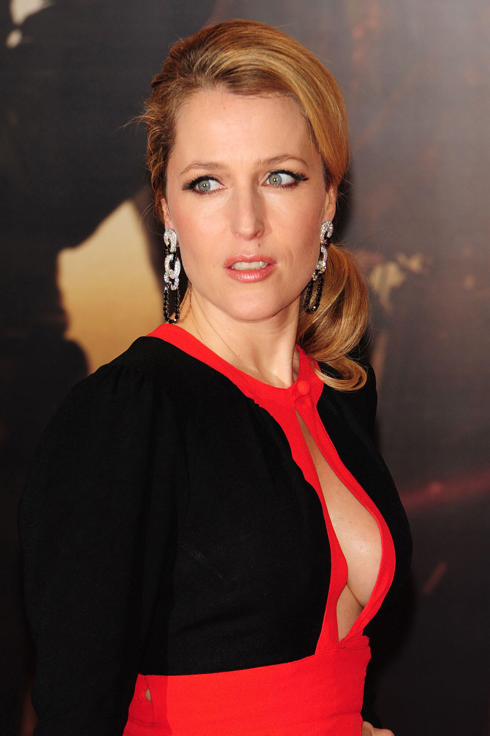 Gillian Anderson sexy side boobs pics (2)