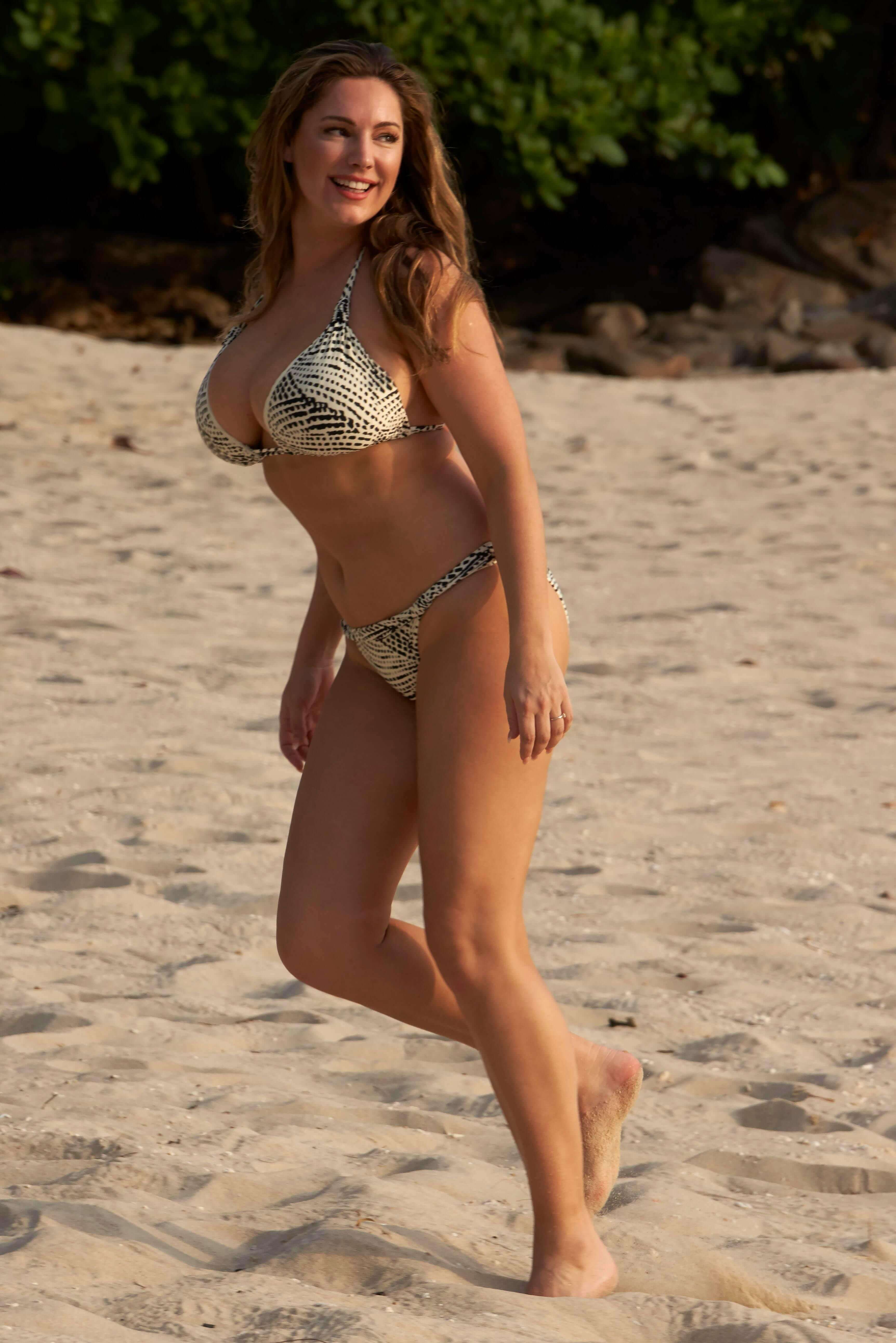 Kelly Brook hot bikini pics