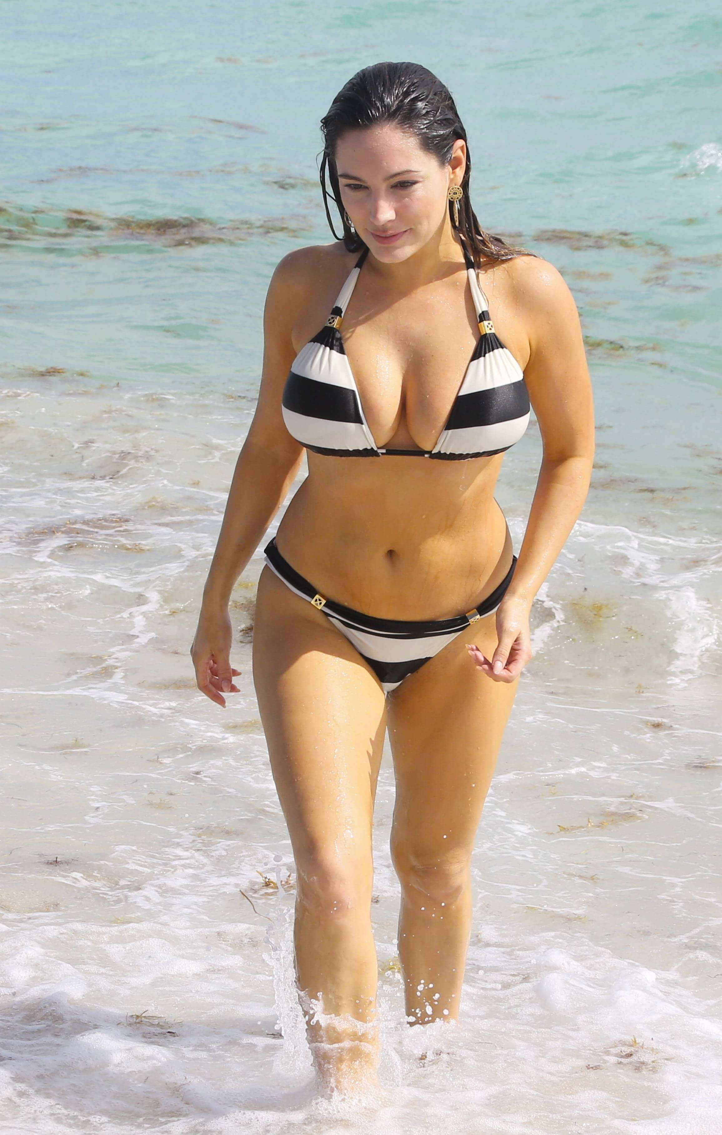 Kelly Brook hot bikini pictures