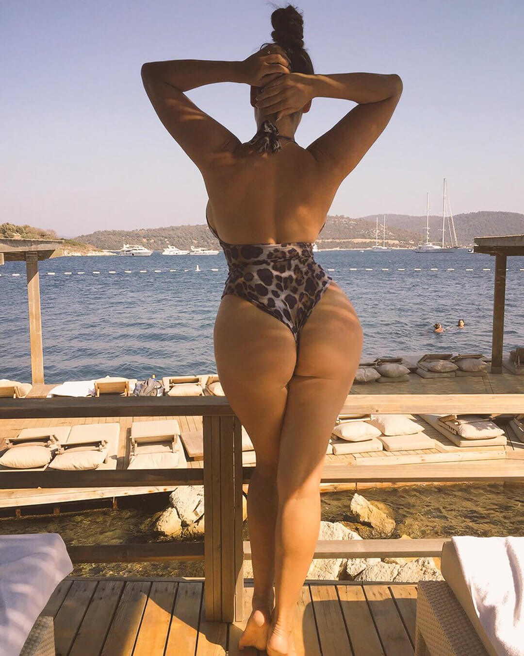 Kelly Brook sexy butt (3)