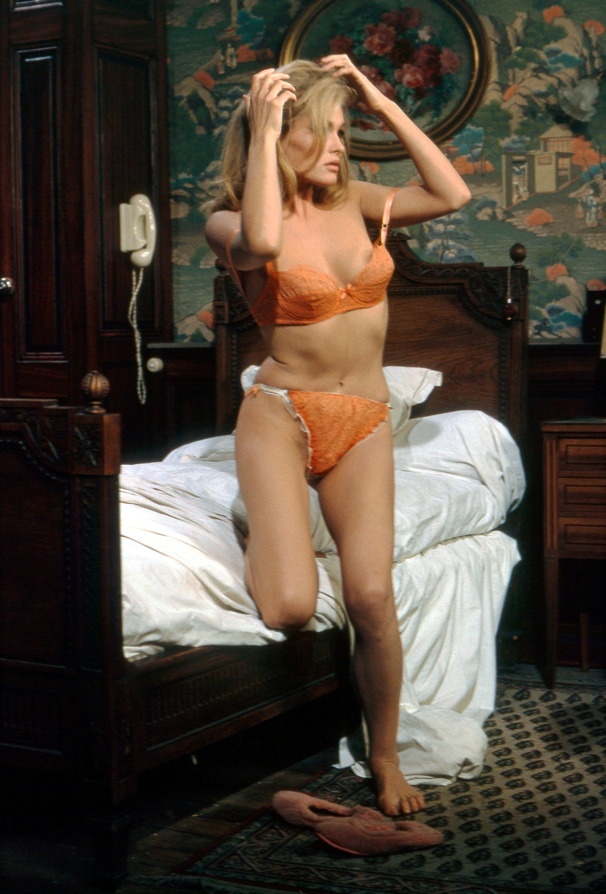 Ursula-Andress-hot-bini-photos-min