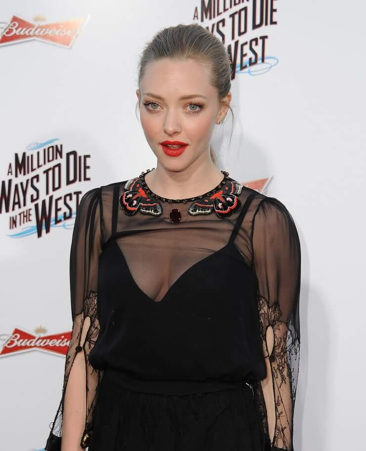 amanda seyfried sexy cleavage pic (4)