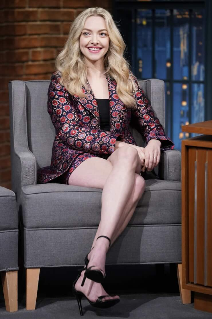 amanda seyfried sexy legs pictures