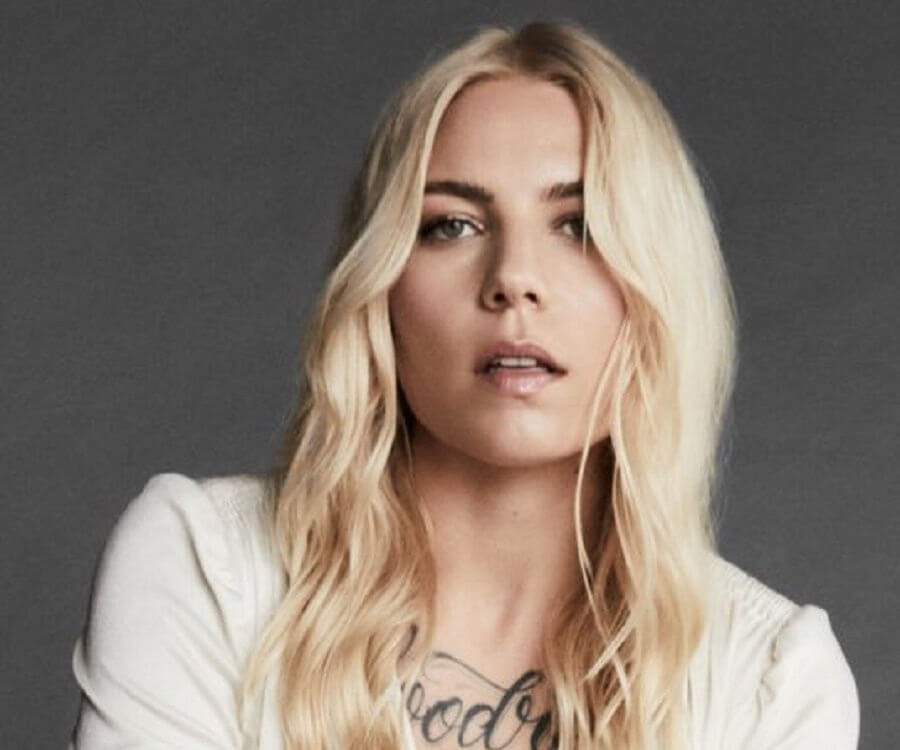 skylar grey hot cleavage pic
