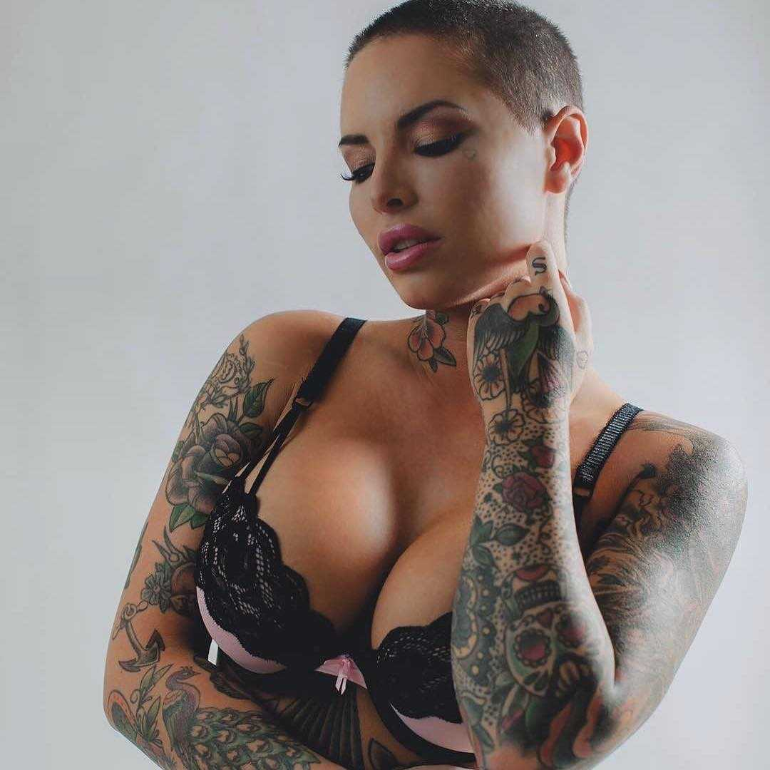 Christy Mack sexy cleavage pics (2)