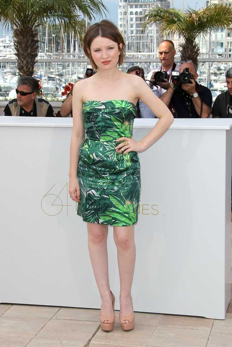 Emily Browning sexy thigh picture (4)