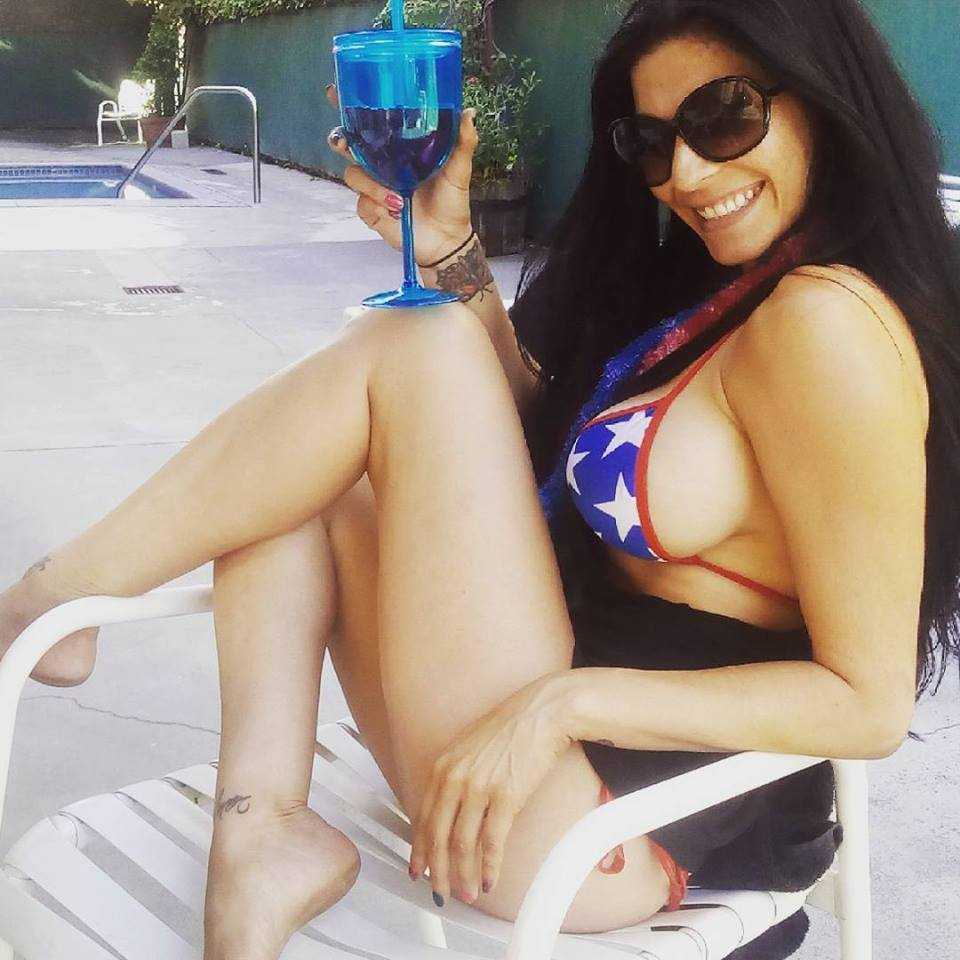 Shelly Martinez side boobs pictures